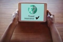 Pessoa que guarda uma tabuleta com conceito do seguro do curso na tela fotografia de stock royalty free