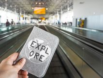 A pessoa que guarda uma tampa do passaporte que indica o ` explora o ` ao andar imagem de stock