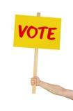 Pessoa que guardara o sinal que diz o voto fotografia de stock royalty free