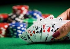 Pessoa que joga o pôquer e que olha cartões foto de stock royalty free