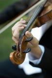 Pessoa que joga o violino Imagens de Stock Royalty Free
