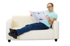 Pessoa que lê um jornal Imagens de Stock