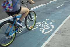 Pessoa que monta uma bicicleta na pista de bicicleta ou no trajeto do ciclo fora Fotografia de Stock Royalty Free