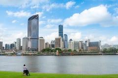 Pessoa que olha a skyline da cidade de Brisbane imagens de stock royalty free