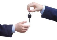 Pessoa que passa a chave do carro Fotos de Stock Royalty Free