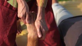 Pessoa que recebe a massagem da mão fora filme