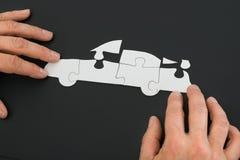 Pessoa que resolve o enigma de serra de vaivém do carro Foto de Stock