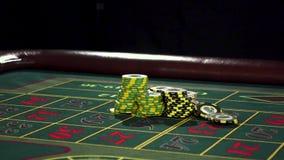 Pessoa que senta-se na tabela da roleta, colocando suas apostas preto vídeos de arquivo