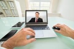 Pessoa que tem o videochat com homem de negócios Imagens de Stock Royalty Free