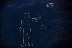 Pessoa que toma uma foto com o telefone na vara do selfie Imagens de Stock