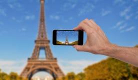 Pessoa que toma uma foto em Paris imagens de stock