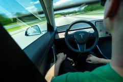 Pessoa que usa a função decondução em todo o modelo bonde 3 de Tesla imagem de stock royalty free