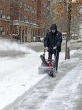 Pessoa que usa o snowblower após a tempestade de neve Foto de Stock Royalty Free