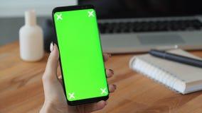 Pessoa que usa o telefone celular com visualização ótica verde à disposição video estoque
