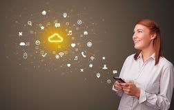 Pessoa que usa o telefone com conceito da tecnologia da nuvem fotos de stock