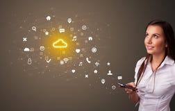 Pessoa que usa o telefone com conceito da tecnologia da nuvem imagens de stock royalty free