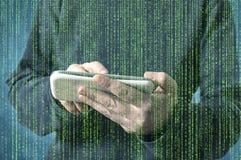 Pessoa que usa um telefone esperto no Cyberspace profundo da Web imagens de stock