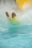 Pessoa que vem para baixo uma corrediça de água Fotografia de Stock