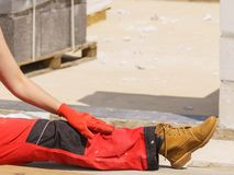 Pessoa que veste a calças vermelha do trabalhador imagem de stock