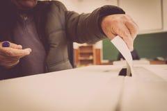 Pessoa que vota na estação de votação Fotos de Stock Royalty Free