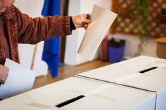 Pessoa que vota na estação de votação Imagem de Stock