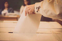 Pessoa que vota na estação de votação Foto de Stock Royalty Free