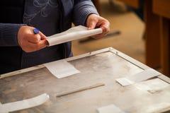 Pessoa que vota na estação de votação Fotos de Stock