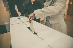 Pessoa que vota na estação de votação Fotografia de Stock Royalty Free