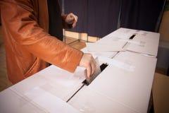 Pessoa que vota na estação de votação Imagem de Stock Royalty Free