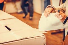 Pessoa que vota na estação de votação Imagens de Stock Royalty Free