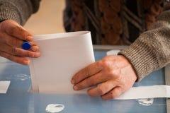 Pessoa que vota na estação de votação Imagens de Stock