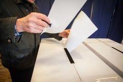 Pessoa que vota na estação de votação Fotografia de Stock