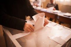 Pessoa que vota na estação de votação Foto de Stock