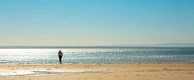 Pessoa solitária na praia tropical imagem de stock royalty free