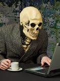 Pessoa terrível - o esqueleto usa o Internet Imagem de Stock Royalty Free