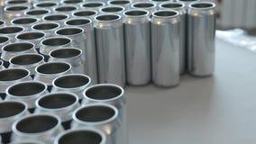 A pessoa toma as latas de alumínio vazias para pô-las sobre a correia transportadora Close-up video estoque