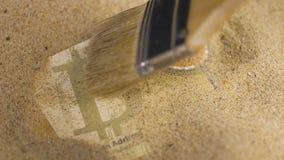 A pessoa usa a cédula do sistema de pagamento da limpeza de escova filme
