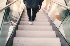 A pessoa vai abaixo de uma escadaria Fotografia de Stock