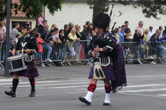 A pessoa vestiu-se no vestido tradicional do Scottish que marcha para o dia nacional do 14 de julho, França Imagens de Stock