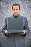 Pessoa ávida de dinheiro com portátil Imagens de Stock