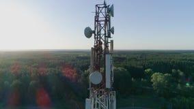 Pessoais da manutenção na antena celular video estoque