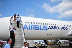 Pessoais de Airbus que embarcam o Airbus A350-900 XWB em Singapura Airshow Imagens de Stock Royalty Free