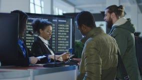 Pessoais de segurança aeroportuária que verificam a identificação Fotografia de Stock Royalty Free