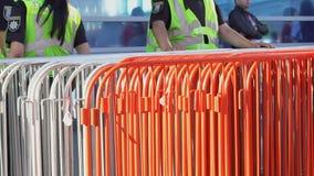 Pessoal da segurança que instala a beira do ferro para verificar bilhetes e multidão do controle de fãs filme