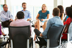 Pessoal de escritório multicultural que senta-se tendo o encontro junto Imagens de Stock