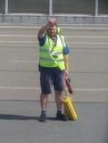 Pessoal do aeroporto na pista de decolagem Fotografia de Stock