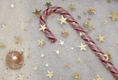 Pessoal estrelado do céu e bola brilhante do Natal Fotos de Stock Royalty Free
