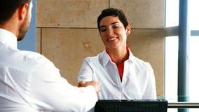 Pessoal fêmea do aeroporto que verifica o passaporte dos assinantes vídeos de arquivo