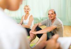 Pessoal médico com os povos superiores no gym Fotografia de Stock