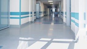 Pessoal médico no corredor do ` s da clínica filme